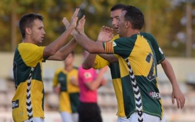 David Acedo pica de mans amb el capità, Migue González | Roger Benet