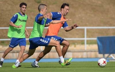 Migue lluitant per una pilota amb Pedro Capó | Roger Benet