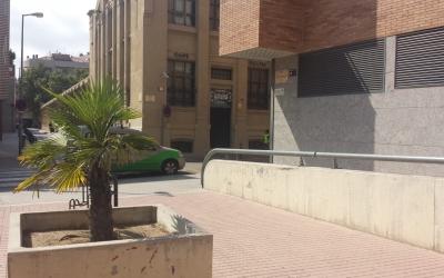 Vista de l'entrada del local des de la plaça Dolors Miralles, on els joves segueixen la festa un cop el bar tanca. | Pau Duran