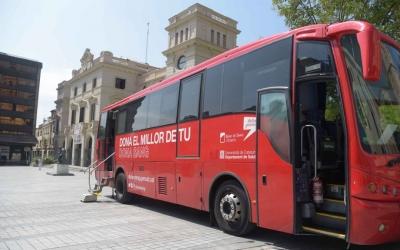 L'autobús del Banc de Sang i Teixits, avui a la plaça Doctor Robert | Roger Benet