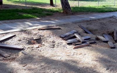 Imatge de les restes de fusta dels bancs sostrets | @infoplanada