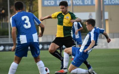 Cuevas pugna per una pilota durant el partit d'ahir | Críspulo Díaz