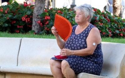 Una dona ventant-se | ACN