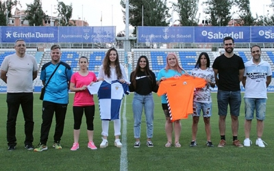Àngel Codina i Raúl Rodríguez, els dos tècnics del CE Sabadell, a la dreta de la foto, amb les noves incorporacions de la temporada 2018-2019 | Pau Vituri