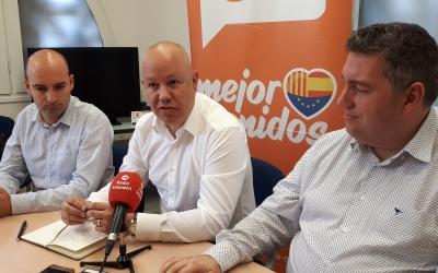 Joan Garcia (centre), Adrián Hernández (dreta) i José Luís Fernández han presentat avui els canvis al grup municipa/ Karen Madrid