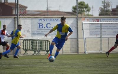 Dani Muela controla la pilota en el duel contra el Rubí | Félix Sancho