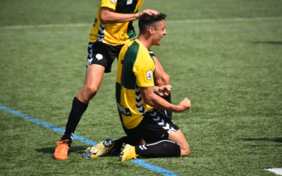 Pol Ballesteros celebrant de genolls el seu gol a Son Malferit | Críspulo Díaz