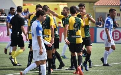 Pinya arlequinada en un dels gols del Sabadell ahir a Son Malferit | Críspulo Díaz