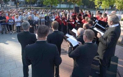 Imatge del cor Lieder Camera i part dels assistents a l'acte institucional del Parc Catalunya | Roger Benet