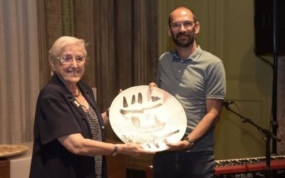 Maria de la Pau Trayner rebent el premi a càrrec de Maties Serracant   Roger Benet