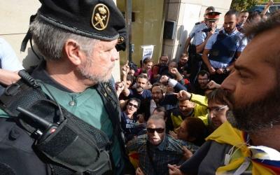 Els concentrats davant del domicili de Sánchez es van encarar amb els agents/ Roger Benet
