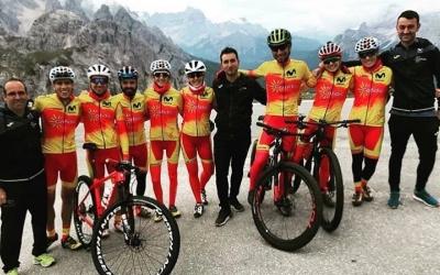 Santanyes, la segona per la dreta, amb la resta de selecció espanyola | @sandrasantanyes