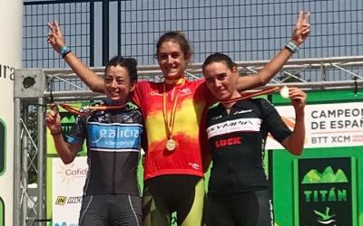 Sandra Santanyes, a la dreta de la imatge. amb la medalla de bronze | Sandra Santanyes