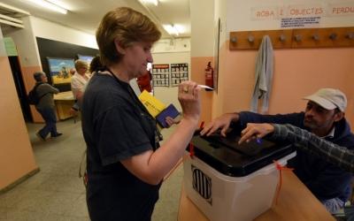 Imatge d'una dona votant durant el referèndum de l'1-O | Roger Benet