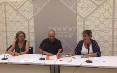 Les dues representants de les noves entiats que formaran part de Ciutat i escola, firmant els papers d'inscripció al programa. | Helena Molist