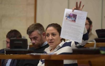 Anna Carrasco i Cristian Sánchez en un ple municipal   Roger Benet