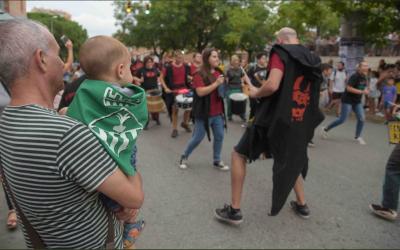 Moment en que els tabalers arriben a la plaça Benjamín Garcia | Roger Benet