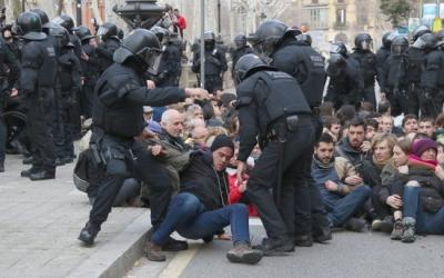 Manifestants resisitint el desallotjament | ACN
