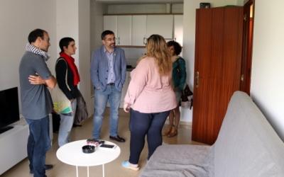 Visita a un dels pisos del projecte, Fernàndez (Acció Social) i Glòria Rubio (Habitatge) al centre   Ajuntament de Sabadell