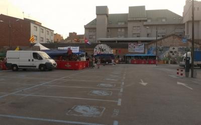 Imatge de l'aparcament del carrer Creueta amb les barraques de Festa Major instal·lades |