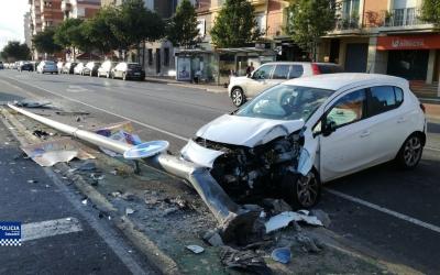L'estat en què ha quedat el vehicle després de l'impacte contra el fanal | Policia Municipal