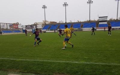 Aiman, jugador del Mercantil, defensa una jugada ofensiva del Palamós | @CEMercantil