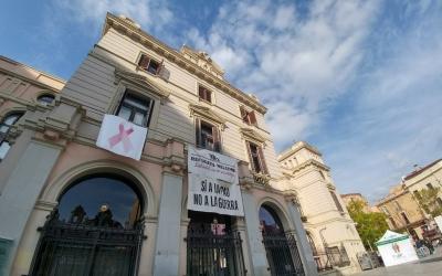 Façana de l'Ajuntament de Sabadell amb la llaçada rosa | Pere Gallifa