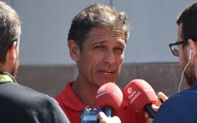 Toni Seligrat atenent als mitjans a Vila-real | Críspulo Díaz
