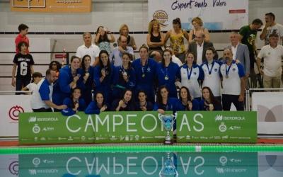 Les noies de l'Astralpool femení amb el trofeu de campiones de Supercopa   RFEN