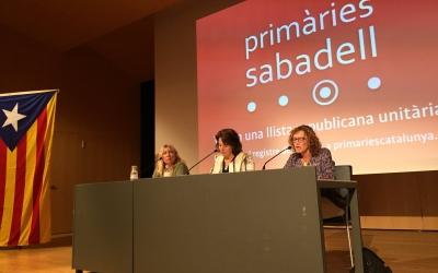 Un moment de l'acte, Elisenda Paluzie al centre de la taula | Ràdio Sabadell