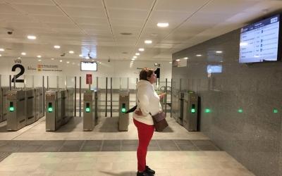 Una usuària de rodalies a l'estació de Sabadell Centre | Radio Sabadell