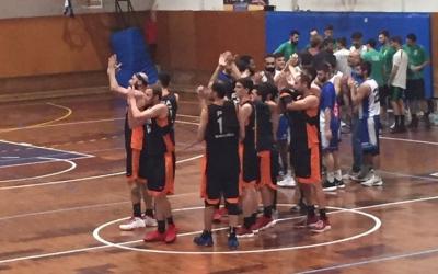 Els jugadors del Bàsquet Pia agraeixen el suport de l'afició del pavelló del carrer Garcilaso