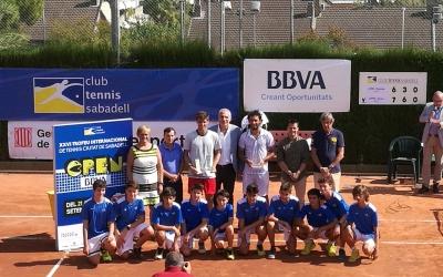 El guanyador amb el seu trofeu a la pista del Tennis Sabadell, i les diferents autoritats   Ajuntament de Sabadell