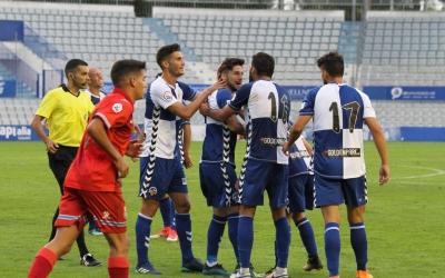 Domínguez, felicitat pels seus companys després del 3-2   Sendy Dihör