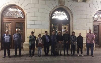 Membres del Govern i representants de grups polítics durant el minut de silenci | Helena Molist
