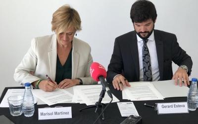 Martínez (esquerra) i Esteva (dreta), en el moment de la signatura | Pau Vituri