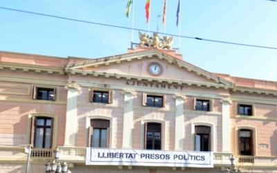 La polèmica pancarta a la façana de l'Ajuntament | Roger Benet