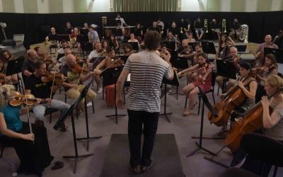 L'OSV durant un assaig amb el director Xavier Puig | Roger Benet