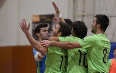 Els jugadors de la Pia celebren un gol durant el derbi amb la seva afició | Roger Benet