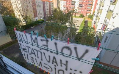 Els veïns han col·locat pancartes reivindicatives als seus pisos | Roger Benet