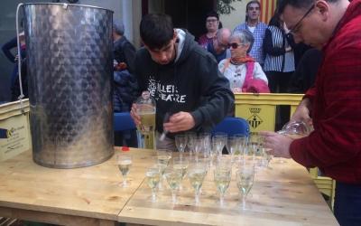 Treballadors de la Bodega Coca servint el Vi Novell d'enguany | Helena Molist