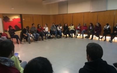 Una trentena de persones s'han reunit aquest diumenge al vespre per crear un grup de suport als treballadors de l'empresa de neteja viàriaSMATSA | Helena Molist