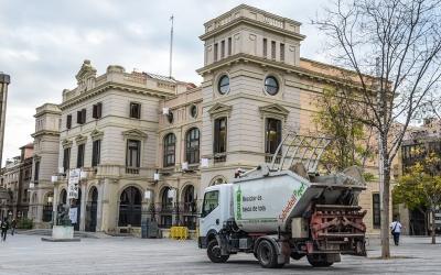 Vehicle de la neteja a la plaça del Doctor Robert | Roger Benet