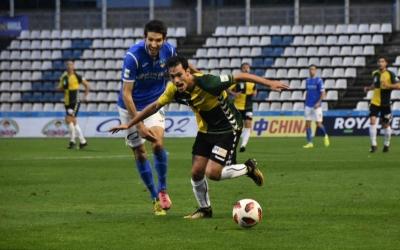 Josu rep l'oposició d'un jugador del Lleida Esportiu | Críspulo Díaz
