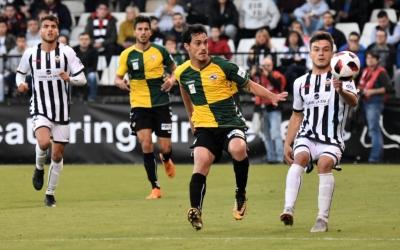 Josu Ozkoidi en una acció defensiva del partit d'ahir | Críspulo Díaz