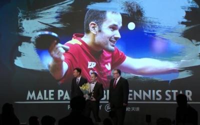 Jordi Morales rebent el guardó que l'acredita com el millor del món | ITTF