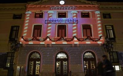 La façana de l'Ajuntament il·luminada| Roger Benet