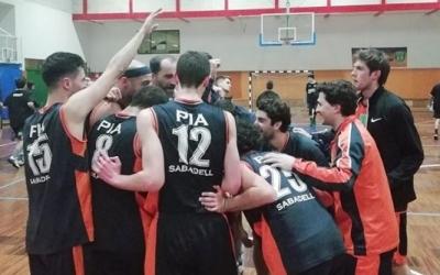 Els jugadors escolapis fan una pinya després del partit | Bàsquet Pia