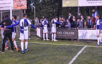 Diferents jugadors retirant Seligrat entre empentes després de l'enganxada amb seguidors arlequinats | Cedida