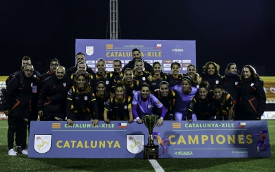 La selecció catalana, amb les sabadellenques Mariajo Pons i Carol Férez, celebrant la victòria   FCF